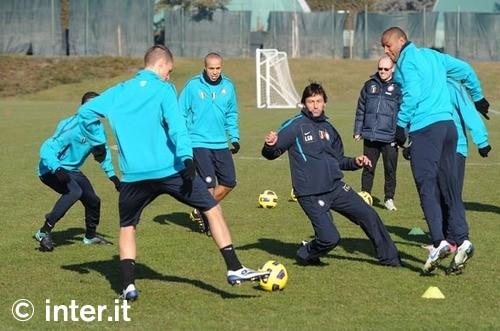 Spendi bei der Hösche, Inter-Trainer Leonardo in der Mitte